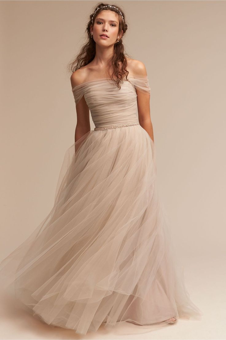 Pode encontrar este vestido, na cor champanhe, na loja online BHLDN.