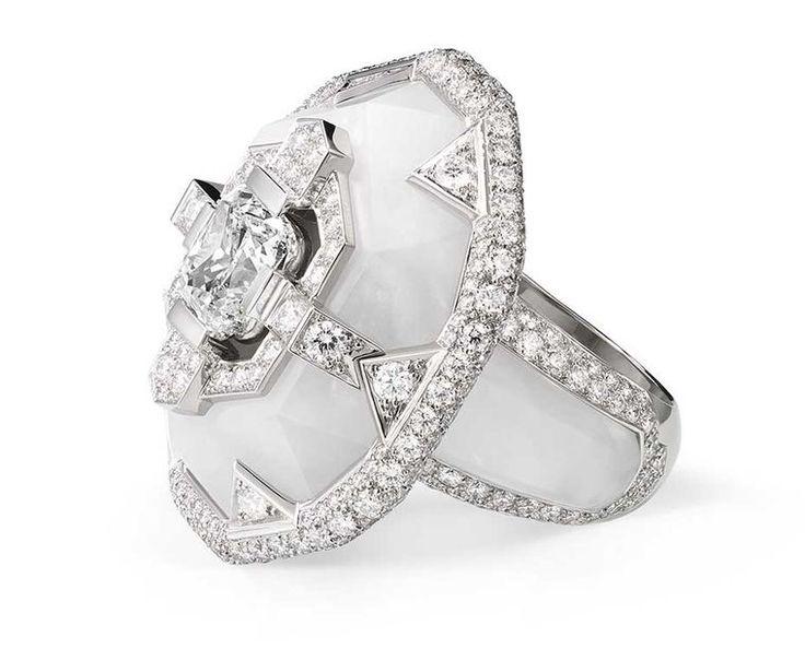Chaumet Lumières d'Eau anel de alta joalharia em platina e cristal de rocha, definido com um centro de diamante almofada de corte, de corte brilhante e troidia-cortar diamantes.
