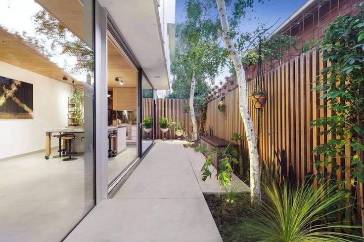 Une grande baie coulissante à 3 vantaux et une porte suspendue sur rail ne vont normalement pas de pair, cependant dans les maisons d'architecte modernes ...
