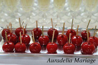 Buffet de mini pommes d'amour    http://auradelia.com/blog/wp-content/uploads/2010/11/decoration-mariage-rouge-traiteur.jpg