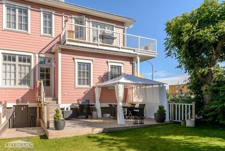 Villa Greta. Länsipihan terassille paistaa aurinko koko iltapäivän