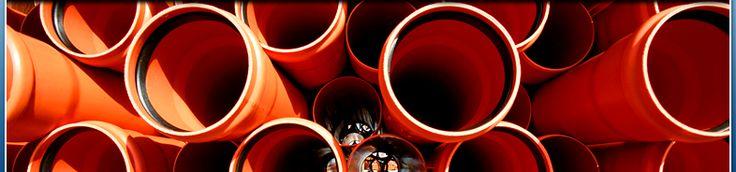 Stangen-Dränrohr á 2,5m aus PVC-U nach DIN 1187  mit erhöhtem Lochanteil (mind. 72cm²/m), inkl. Muffe.  Es erfüllt auch die Anforderungen der DIN 4095.  Gegenüber der Rollenware haben die Stangen-Drän-Rohre eine optimierte Wassereintrittsfläche von mind. 72cm²/m.  Die handlichen Rohre sind 2,5m lang und lassen sich leicht und sicher im richtigen Gefälle verlegen und einbauen.  - Böhm GmbH
