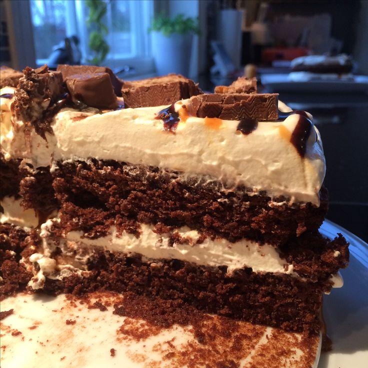 Sjokoladekake med krem, salt karamell, sjokoladesaus og snickers