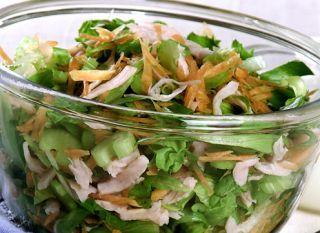 """Em 15 minutinhos a <a href=""""http://mdemulher.abril.com.br/culinaria/receitas/receita-de-salada-folhas-peito-peru-molho-iogurte-622831.shtml"""" target=""""_blank"""">salada de folhas com peito de peru com molho de iogurte</a> estará pronta. Prato saudável e ideal"""