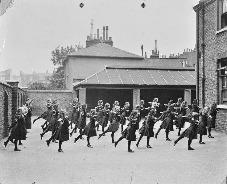 Students at Buckingham Street School in London perform exercises (1906).