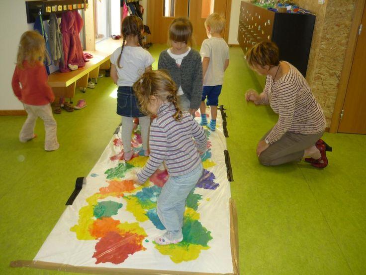 Peinture propre avec les pieds et les mains