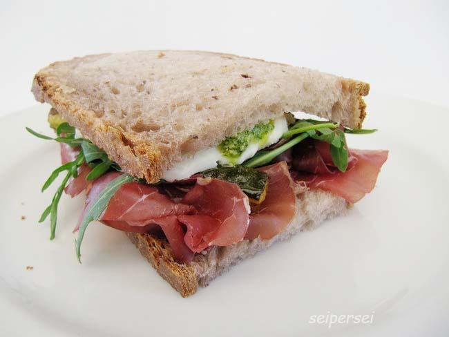 pane al patè di olive, bresaola, rucola, zucchine alla scapece, gorgonzola e salsa al dragoncello.