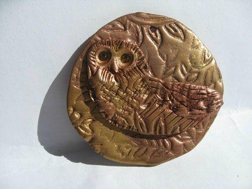 uilenhanger met gouden en bronzen accenten