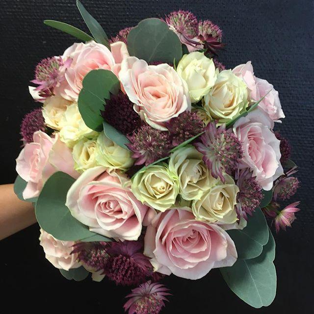 En av dagens brudbuketter #ros #kvistros #astrantia och #eucalyptus i härlig kombination #blomsterhallen #helsingborg #brudbukett #bröllop #brud