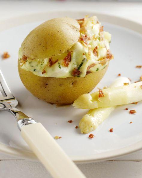 Heerlijk en origineel zijn deze gevulde aardappels met asperges en kruidenkaas. Serveer met een frisse groene salade voor de lunch of 's avonds.