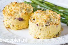 Met deze aardappeltaartjes zet je iets verrassend en iets lekkers op tafel. De taartjes van van aardappelpuree, rode ui en kaas zijn eens iets anders dan de standaard puree of gekookte aardappel. Door de taartjes met kaas onder de grill te plaatsen worden ze lekker krokant. Heerlijk bij een stukje vlees of vis en een groene salade.