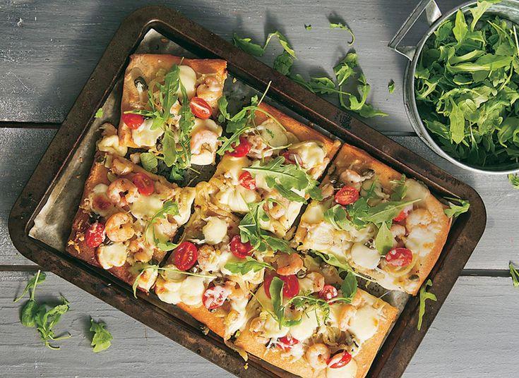 Πίτσα με γαρίδες και φρέσκα φύλλα ρόκας
