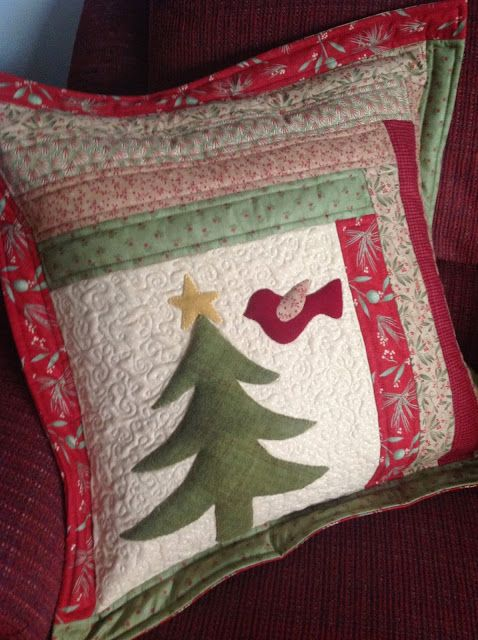 Karen\u0027s Quilts Crows and Cardinals: The Final Finish of 2013 - Hello & 973 best NAVIDAD images on Pinterest | Christmas crafts Christmas ... pillowsntoast.com