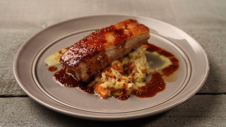Χοιρινή πανσέτα με σάλτσα μέλι-μουστάρδα και λάχανο μαγειρευτό