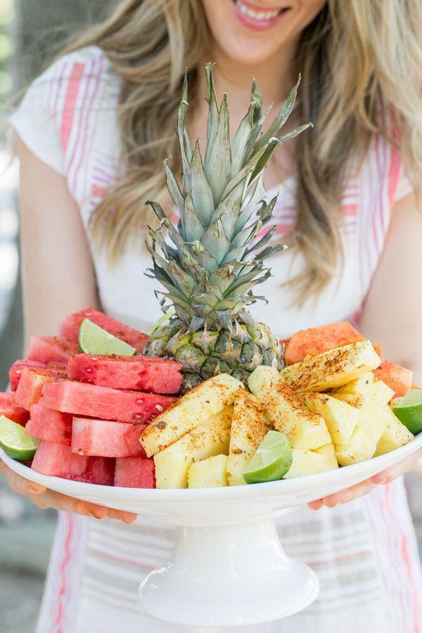 Plato de frutas con Chile Limón y Sal.