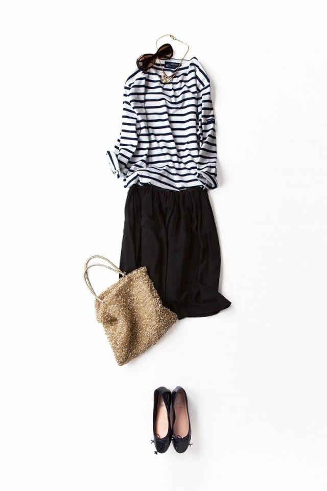 肩の力が抜けた大人の休日スタイル。ローヒールでも女っぽい靴とラメのバッグを合わせることでだらしなくない大人のリラックス感を。