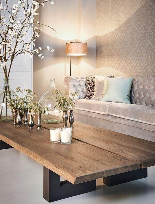 Un salón moderno en tonos neutros donde la mesa de centro en madera natural aporta una pincelada rústica.