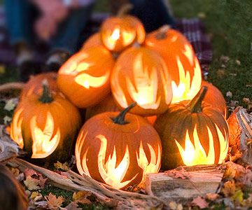 Fall bonfire pumpkins--Would be adorable in a fireplace!: Halloween Parties, Idea, Fireplaces, Front Yard, Halloween Pumpkin, Pumpkin Carvings, Carvings Pumpkin, Firepit, Fire Pit