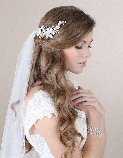 788a71325 Peinados de novia con tiara y velo  Fotos de los mejores looks -  Semirrecogido de novia con tiara y velo