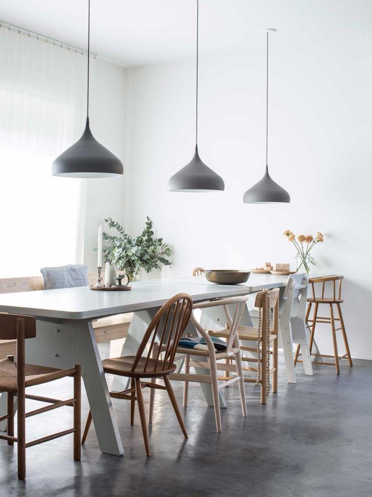 witte eettafel met verschillende stoelen