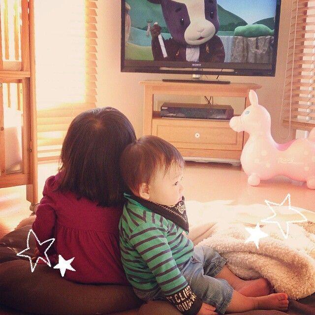 Instagram media milkandhoney1215 - 2014.11.17* 自分が出てたおかあさんといっしょを 観てる娘と 寄りかかる息子。  ラブラブだな(★´艸`)笑  部屋のパパの写真を見つけて、娘が  るぅちゃんパパだぁいすき♡ れおくんママだぁいすき♡  ん? るぅはママのことは?  るぅちゃんは、パパだぁいすき♡  はいはい、 ノーコメントなのね╮(๑•́ ₃•̀)╭ いじけちゃうよ?  #娘 #息子 #女の子 #男の子 #3歳 #1歳 #姉弟  #おかあさんといっしょ #Eテレ #メーコブ #テレビ #ロディ #おうち #おうち時間 #日々 #かわいい #親バカ♡ #親バカ部