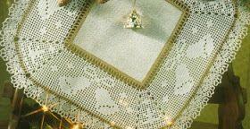 Il centro  con parte centrale in tessuto è unico nel suo genere. Un bordo di campane  che suonano a festa, lavorato a  rete filet,  ralle...