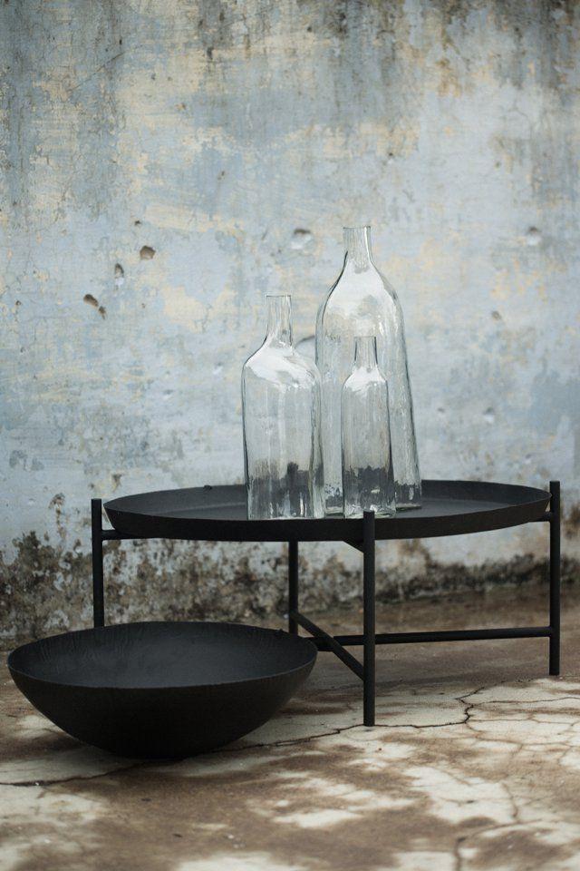 """Table basse et coupelle collection """"Svärtan"""", IKEA. Le designer Martin Bergström qui a réalisé cette collection explique qu'il s'est inspiré des pièces de mobilier très organiques que l'on trouve en Inde. Un pays où le mobilier comme les petits objets ont pour particularité de ne jamais être lisses ou polis. Ce qui a pour effet de les rendre intemporels, d'hier ou d'aujourd'hui. Exactement comme cette table basse dotée d'un large plateau et cette grande coupelle."""