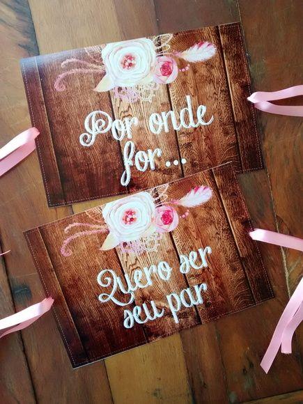 Plaquinhas para festas!  Estas são para as cadeiras dos noivos!!  Personalizamos frases, memes, nomes...    Produzida em PS um derivado do PVC 0,50mm.  Tamanho: aproximadamente 20x30cm cada placa.    * vai furada com fita de cetim para amarrar na cadeira.