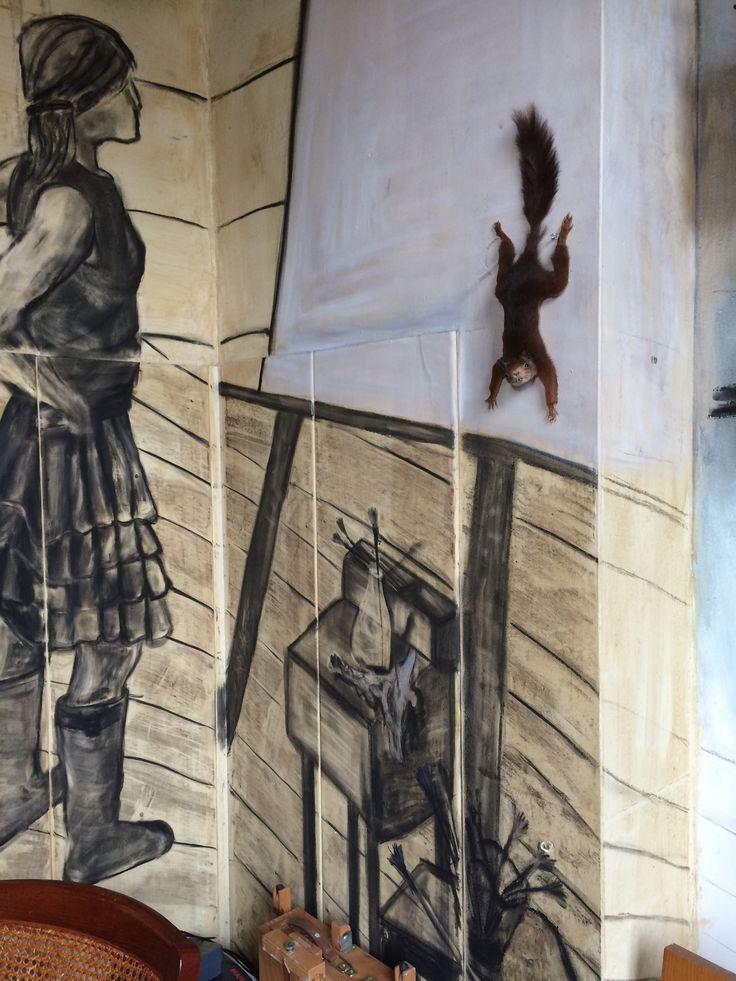 De opgezette eekhoorn 'Babbel' is onderdeel van de muurschildering geworden, hij loopt op het schilderij naar beneden. De eekhoorn heb ik vorige week opgezet
