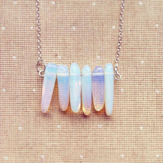 Zarte Halskette mit wunderschönen milchig Opalite Nuggets gemacht.  Die Breite beträgt 1,4 Zoll/3,5 cm; die Länge beträgt ca. 1 Zoll/2,5…