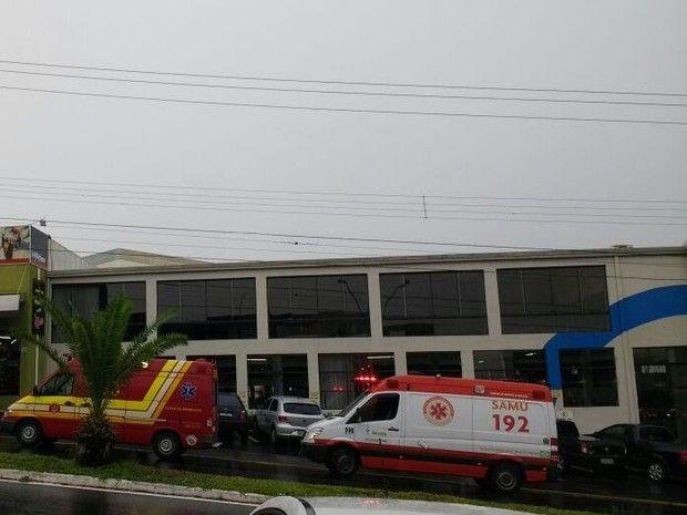 Menina morre afogada em piscina de academia de Bauru -   Uma menina morreu afogada na piscina de uma academia que fica na Avenida Rodrigues Alves, emBauru(SP), no início da tarde deste sábado (3). De acordo com o Corpo de Bombeiros, a criança tinha 6 anos e estava no local acompanhada da mãe. Não acontecia aula de natação no momento do aciden - http://acontecebotucatu.com.br/regiao/menina-morre-afogada-em-piscina-de-academia-de-bauru/