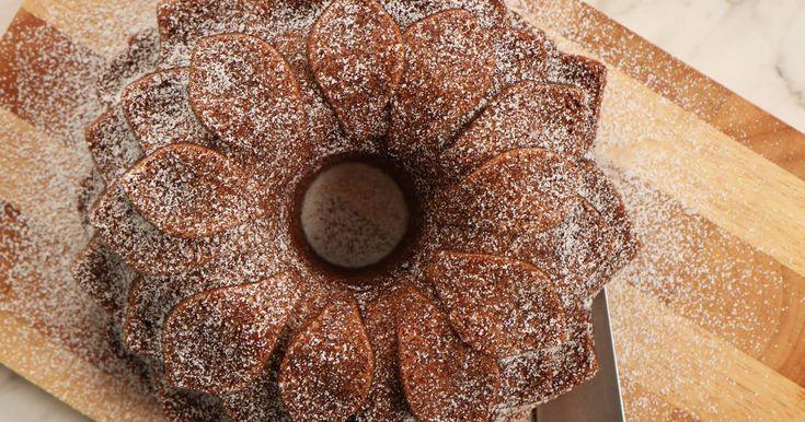 En riktigt saftig och god mjuk pepparkaka med recept av Roy Fares. Enkel att baka, ännu enklare att mumsa i sig!
