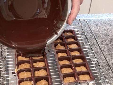 Fabulosa receta para Bombones rellenos de dulce de leche y nueces . Muchos de mis suscriptores de mi canal de youtube, de centro y sudamérica, me han pedido que haga unos bombones con dulce de leche. Hoy los vamos a elaborar añadíendole granillo de nueces. El chocolate, es bastante engorroso de trabajar, pero vale la pena hacerlos, ya vereis que buenos y que dulcen quedan. Visita nuestro blog www.elfornerdealella.com   Vídeo: Bombones de chocolate rellenos de dulce de leche y nueces…