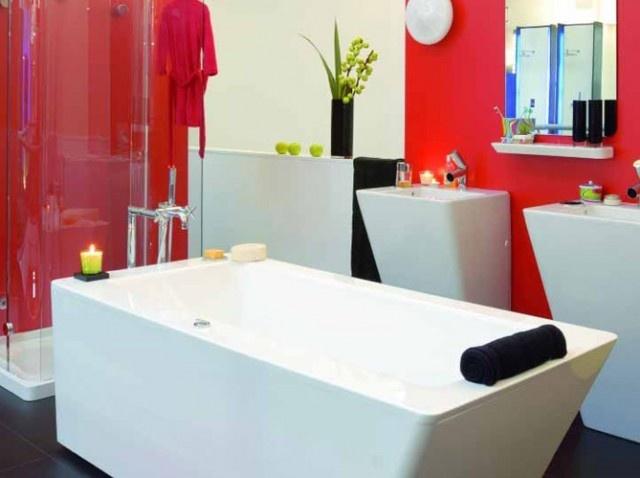 Baignoire design / Design bathtub : http://www.maison-deco.com/salle-de-bains/meubles-objets-salle-de-bains/Baignoires-les-derniers-modeles-ou-buller
