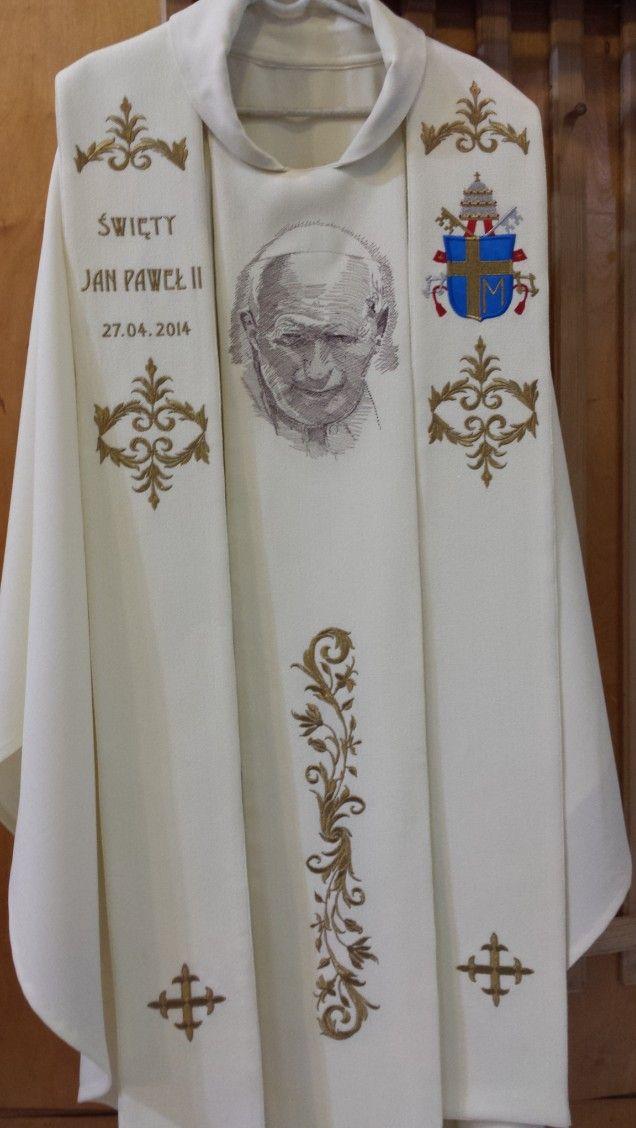 Ornat z haftowanym portretem JP II (wg rytu Czesława Słani)