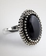 Fekete köves gyűrű, ezüstszínű fémből, 19 mm