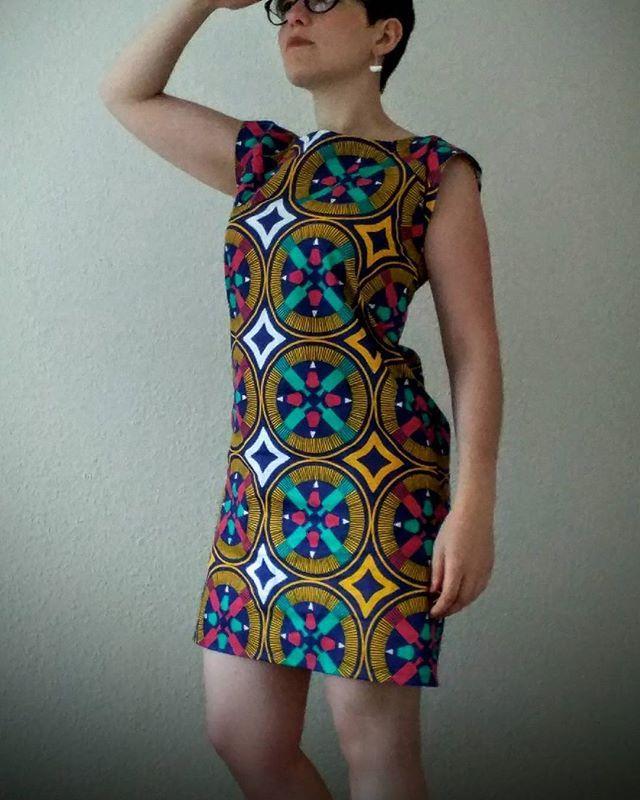 À ma machine:  la robe Stockholm de @ateliercharlotteauzou et BO de @balabooste  #robepetithautstockholm  #ateliercharlotteauzou #wax #mondial_tissus #mondialtissu  #balabooste