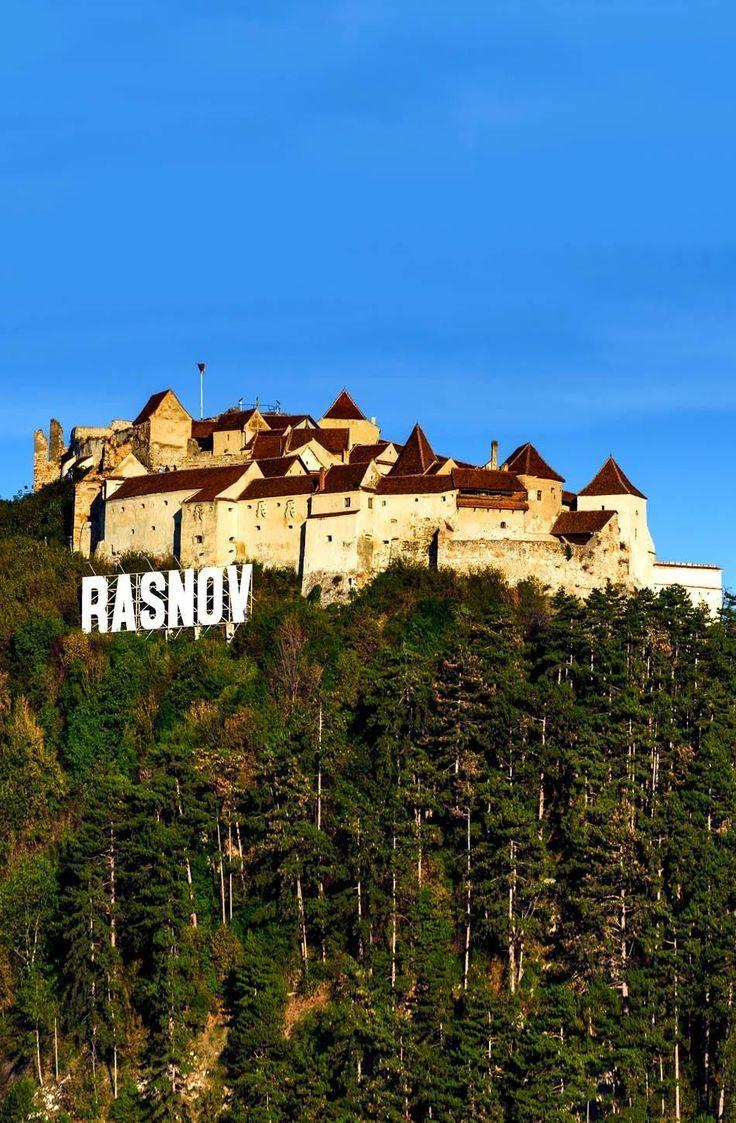 Rasnov Citadel es un monumento histórico  en Rumania.  Fue construido como parte de un sistema de defensa de los pueblos de Transilvania expuestos a las invasiones externas.