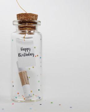 Geburtstagsüberraschung. Schreibe deine Geburtstagsnachricht, Karte und versende sie in der originelle Flaschenpost an deine Freunde. Die beste und süßeste Geschenkidee für deine Freundin, für deinen Freund. Happy Birthday to you!