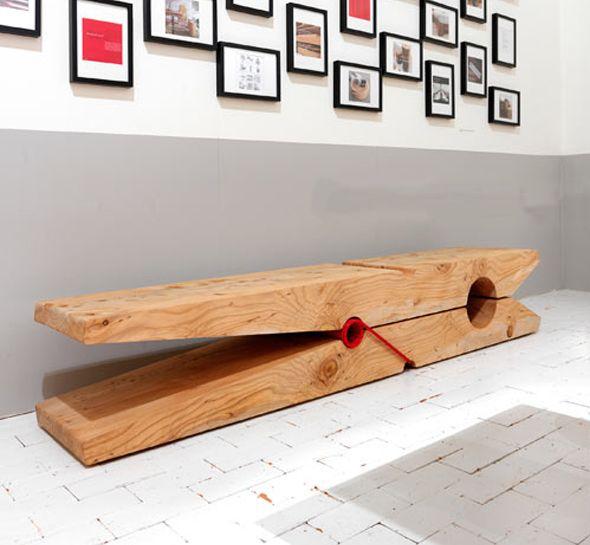 Les designers italiens Michela et Paolo Baldessari ont réalisé le banc Molletta pour le distributeur de mobilier, RIVA 1920. Une simple épingle à linge couchée version géante en cèdre, véritable sculpture, parfait pour l'intérieur comme pour l'extérieur.