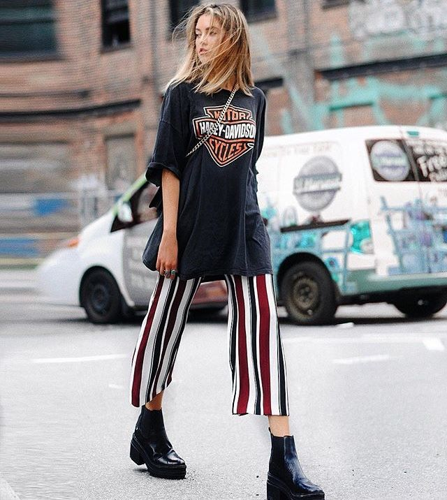 Rock concert t-shirt with striped culotte pants and black platform shoes