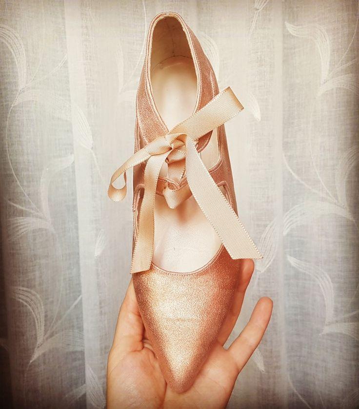 Feel the love!  Mi tocaya Guadalupe eligió ante cobre metalizado y un tacón plano. Seguro que disfrutó del día de su boda con ellos.  #luperamos #zapatospersonalizados #hechosamano #bridge #handmade