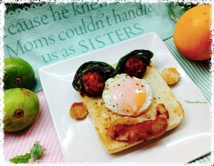 """""""tosta sonriente"""" . Ya veis, te mira desde el plato con unos ojitos un poco rojos, pero claro estamos hablando de chorizo, cejas bien tupidas con la ayuda de unos pimientos verdes exquisitos, la nariz chata gracias a un huevo frito campero y en la boca una loncha de bacon crujiente con un brillo acentuado, """" …glossy, glossy"""". http://mantelbleu.com/tosta-sonriente/#tosta #recetasparahacerconniños #desayunosespeciales #meriendas #cumpleaños #platos divertidos"""