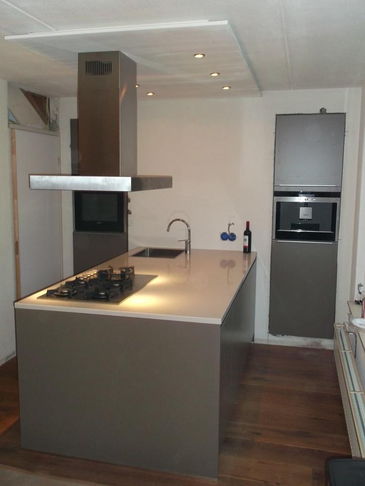 Moderne keuken in de kleur taupe met rvs opleggreep licht composieten blad en luxe rvs - Moderne keuken kleur ...