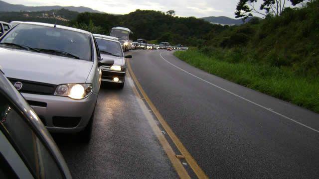 """USO OBRIGATÓRIO DE FAROL BAIXO AGORA É LEI - A baixa visibilidade foi apontada como uma das causas de acidentes nas rodovias, pois """"os condutores relatam que não visualizaram o outro veículo a tempo para tentar uma manobra e evitar uma colisão"""""""
