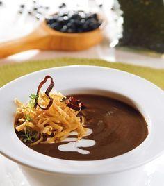 Prepara una deliciosa sopita de frijol para consentir a tu familia.