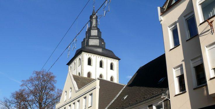 Lippstadt (Nordrhein-Westfalen): Lippstadt ist eine Mittelstadt in Nordrhein-Westfalen, die seit 1975 dem Kreis Soest angehört. Sie wurde 1185 als Planstadt gegründet und ist damit die älteste Gründungsstadt Westfalens. Lippstadt liegt etwa 60 Kilometer östlich von Dortmund, 40 Kilometer südlich von Bielefeld und 30 Kilometer westlich von Paderborn.