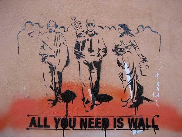 si fa fatica a cogliere il nesso tra il famosissimo quadro di Pellizza da Volpedo - Quarto Stato simboleggiante lavoratori in sciopero e l'opera spruzzata