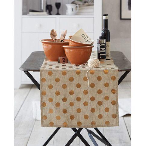 Zauberhaftes Wohnaccessoire: unifarbener Tischläufer, allover apart gemustert mit entzückenden Polka Dots in trendigem Bronzemetallic. #impressionen #decoration