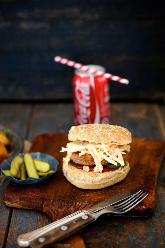 Det er vist ingen hemmelighed, at jeg elsker burgere, især hvis den kommer med en kikærtebøf! Det gode ved selv at lave burgere, er at man kan komme præcis det i, man har lyst til. Denne burger bestod af coleslaw, kikærtebøf med ost, syltede agurker og ketchup – den perfekte kombination. Når det kommer til …